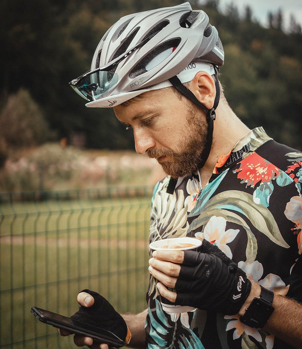 Ciclista con una indumentaria floriada